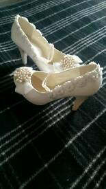 White shoes size 4