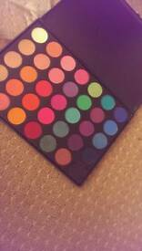 Eye shadow pallette resembles morphe