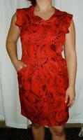 Robe rouge de type fourreau, avec impression graphique en noir