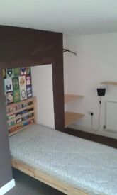 Single room to rent in Upper Armley. No deposit.