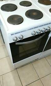 White electric hob cooker in good condition comes with 1 month GUARANTEE