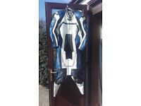 Mens motorbike ixs blue and white leathers with hump. Large size