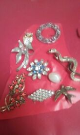 A mix of 9 beautiful brooches.