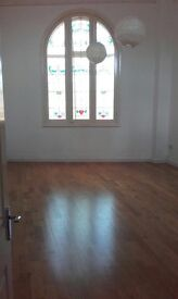 Immediately Available - 2 Bed, 2 Bath, 1st Floor Apartment near to town centre, period building £550