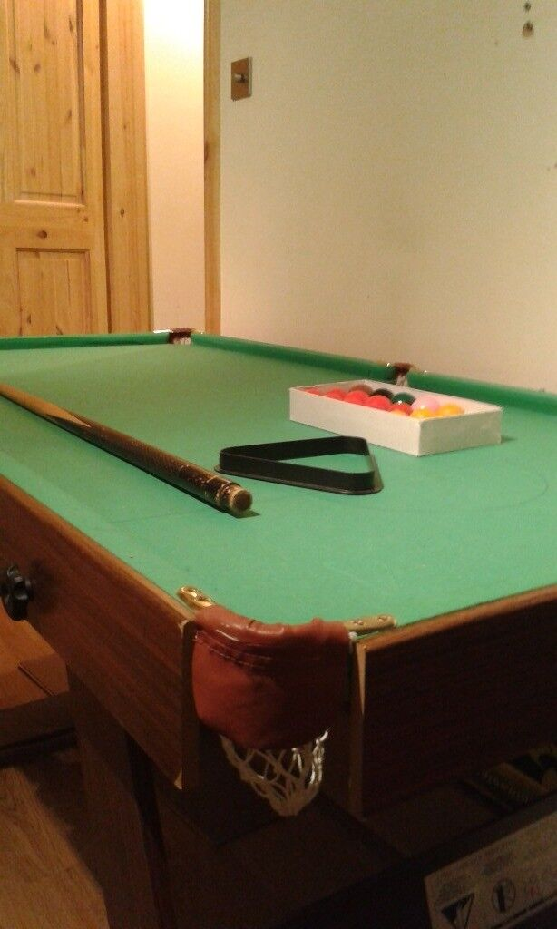 Snooker / pool table 6ft by3ft complete with balls and 2 cue
