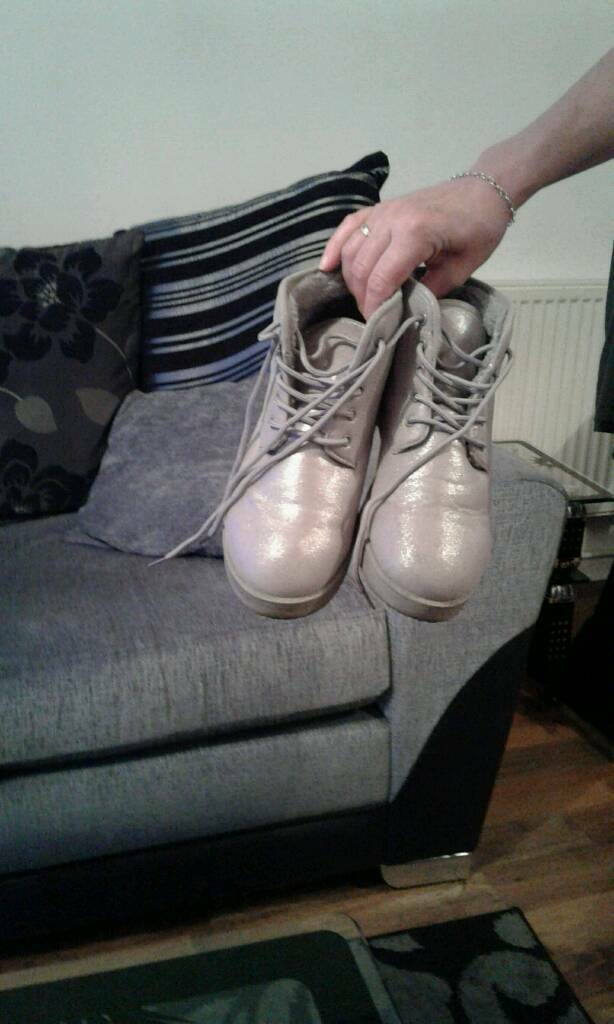 Second hand womens boots and pumps all in good conditionin Kentish Town, LondonGumtree - Womens cheap shoes and boots for sale all in good condition A pair of womens Brown pumps in size 6 £5A pair of womens black ankle boots size 6 £5A pair of silver pumps size 6 £5
