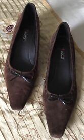 Reduced..ECCO SUEDE BROWN COURT SHOES