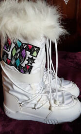 Brand New: Woman's DC Shoes Snow Boots Size 5