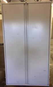 Cabinet de rangement double avec etageres.
