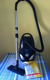 VACUUM CLEANER WITH VARIABLE SPEED 1600W inc. 10 SPARE BAGS