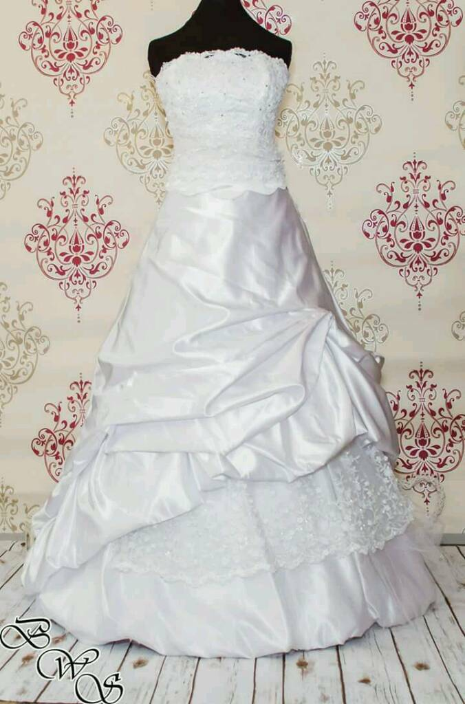Brand new, Beautiful Wedding dress with underskirt and veil