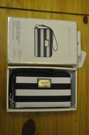 michael kors black & white stripped essential zip wallet for iphone