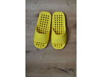 New Men's yellow beach, shower or garden sandals with foam ball inner sole adult size 9-10