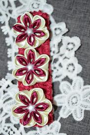 Crochet elastic headband with handmade flowers.