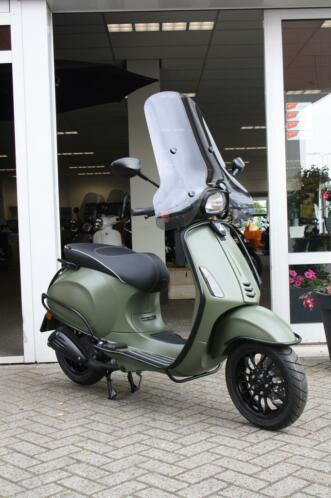 Vespa Sprint Army - Full option matgroen met matzwarte delen