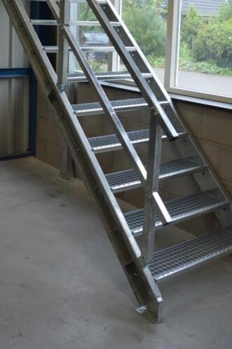 metalen zelfbouwtrap verzinkt brandtrap trap steektrappen