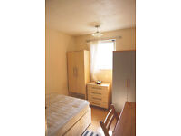Lovely single room in docklands, south quay. Available now.
