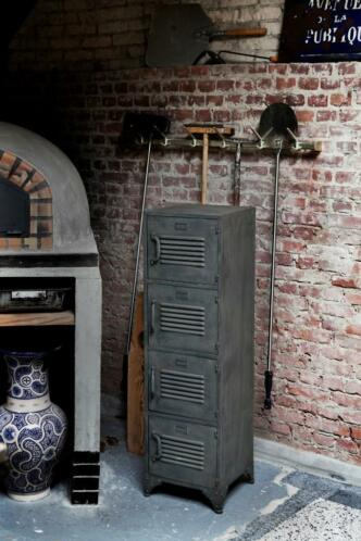 Lockerkast. Industriële locker kast € 151,-