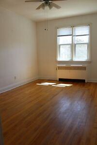 3Be/1Ba- Charlotte.-Secured Entry,Coin Laundry&Parking-STUDENTS