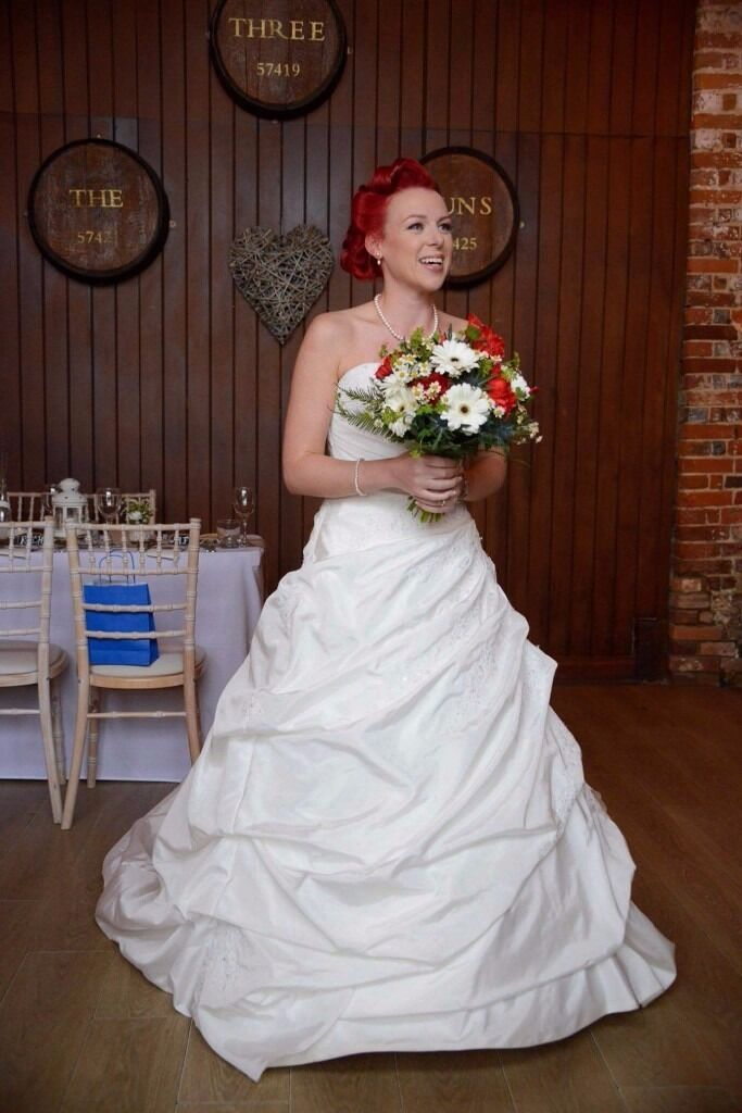 """Beautiful wedding dress selling cheap size 8in Bournemouth, DorsetGumtree - Lovely dress size 8 no taller than 5""""2, requires dry cleaning hence low price but this can be done for £60 at Southbourne dry cleaners. £100"""