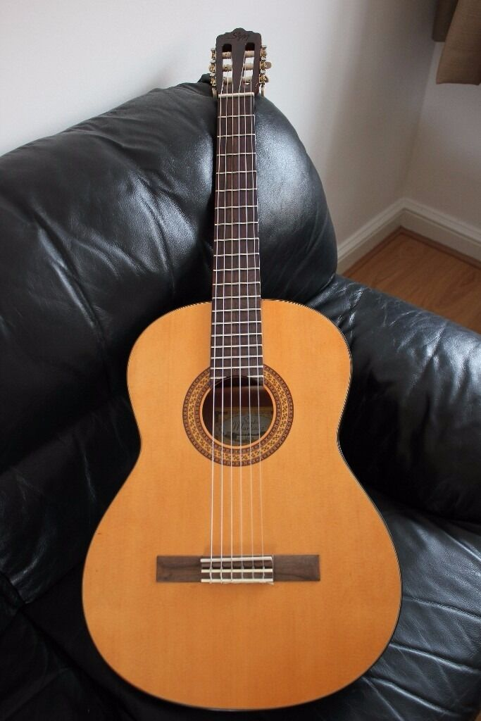 Beautiful classical guitar + extras