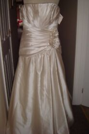 LOVELY WEDDING DRESS FOR SALE SIZE 16 NEW NEVER WORN AND ONLY £20!!