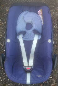 Maxi Cosi Pebble Car Seat in blue with Isofix Base used