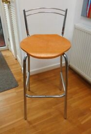 HIGH STOOL IN CHROME STEEL WITH MOULDED WOOD LAMINATE SEAT