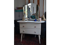 Off white compact dresing table with triple mirror