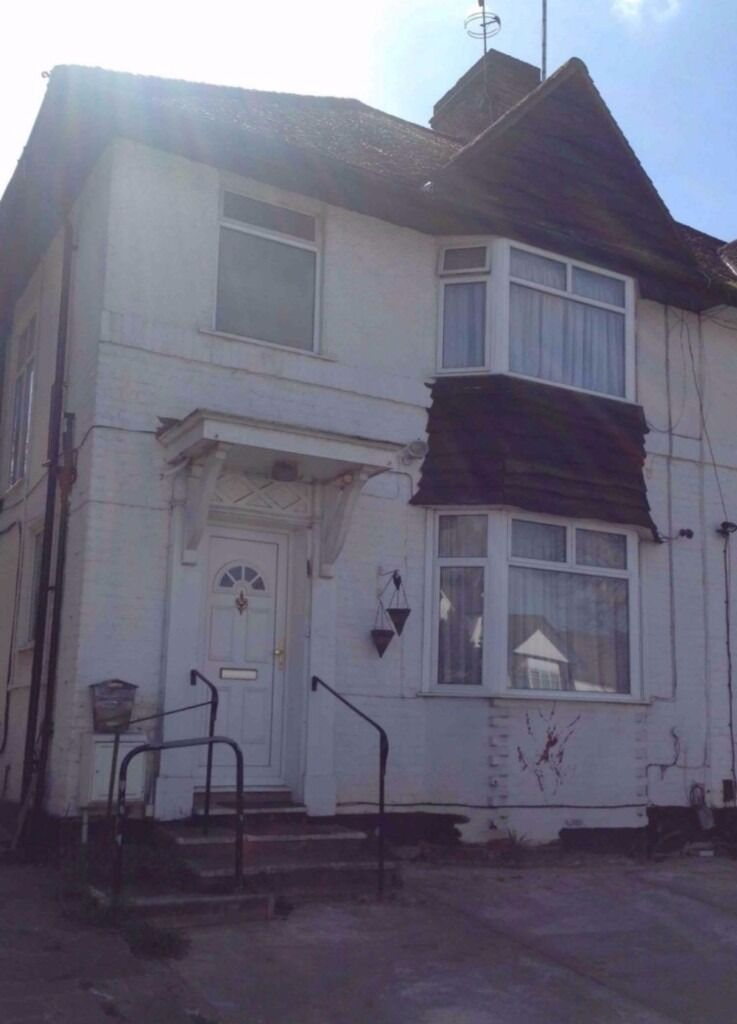 A double bedroom in a shared house situated close to Hendon Central Station Middlesex University