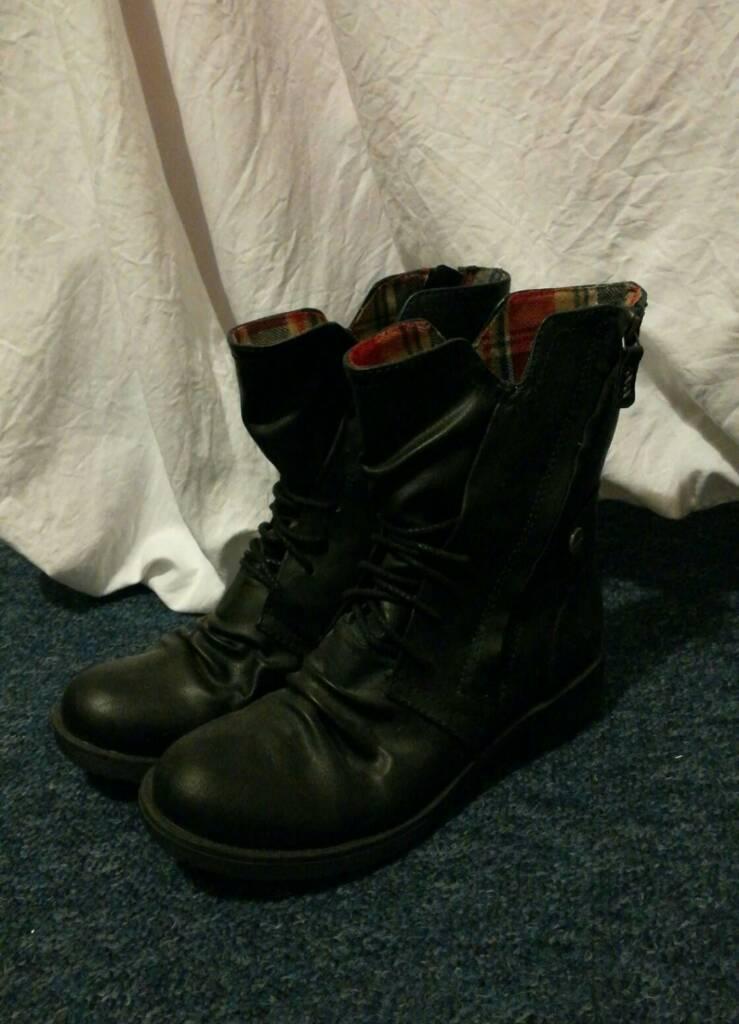 Women's black boots size 6