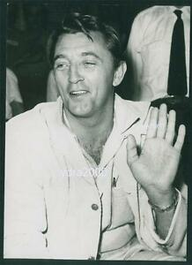 ROBERT-MITCHUM-IN-GREECE-MOVIE-ACTOR-ORIGINAL-PHOTO
