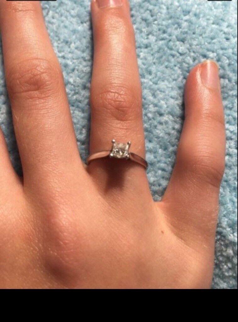 Stunning Princess cut diamond ring 18ct white gold
