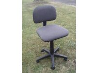 Swivel office chair with hydraulic lift