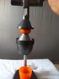 Orange/pomegranate squeezer juicer