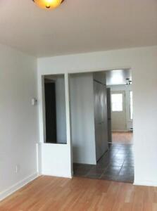 Dernier étage, grand 5 1/2, trois chambres, cour arrière!