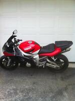 PARTING OUT A YAMAHA R6 2001 WITH CLEAN TITLE