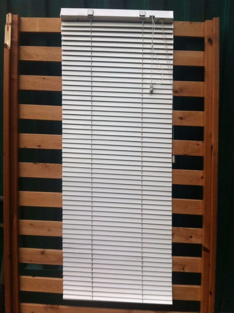 White wooden blinds, 10 sets, various sizes