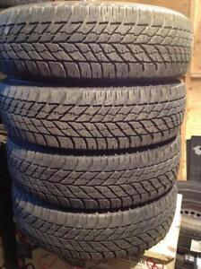 4 pneus d'hiver 225/65 r17 goodyear ultra grip winter.  220$