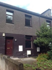2 bed terrace to rent, Gledholt Bank, Huddersfield. Near Marsh and Greenhead Park.