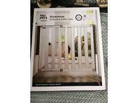 Lindam. Child safety stair gate