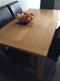 Solid oak 6 seater dining table excellent condition