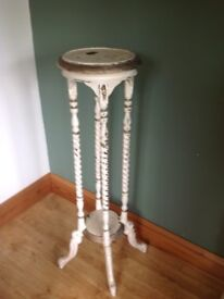 Plant or ornament stand in solid wood painted in the distressed style and cream