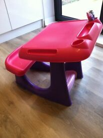 Child's plastic play desk, ideal for drawing and painting, very good condition