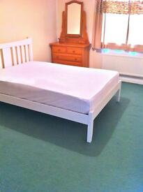 Double room - large - to let (rent) in quiet detached in cul-de-sac, excellent road links closeby