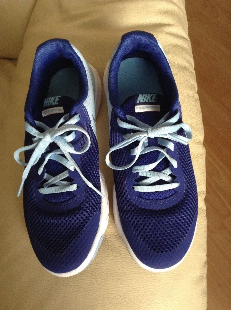 Nike running trainers in 5 and a halfin Eaglesham, GlasgowGumtree - Nike running trainers in navy and a size 5 and a half,only worn twice,wanting 15 pounds and pick up only