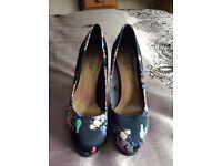 Ladies heeled shoe