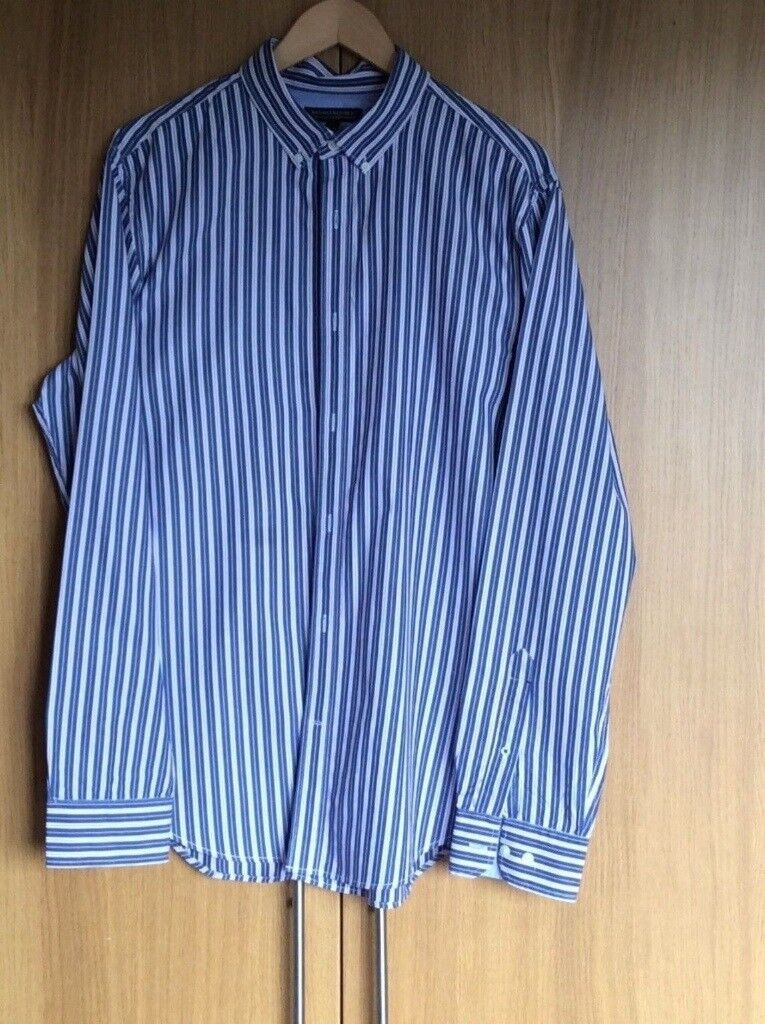 MENS BLUE & WHITE STRIPED SHIRT By BANANA REPUBLIC. SIZE LARGE. BUTTONED COLLER.