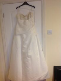 Ivory wedding dress with small train size 16 plus assecories