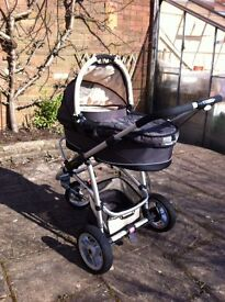 Gorgeous Quinny Travel System - includes maxi cosi car seat, carrycot, adapters for buggy + extras